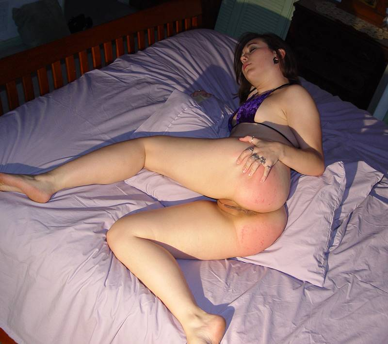 Spanking, Sinn Sage Chelsea Pfeiffer spanks straps naked girl in bed